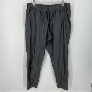 UA storm iridescent woven pants size L Gray